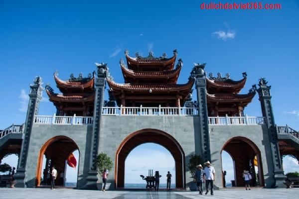 Cổng Tam Quan Chùa Ba Vàng