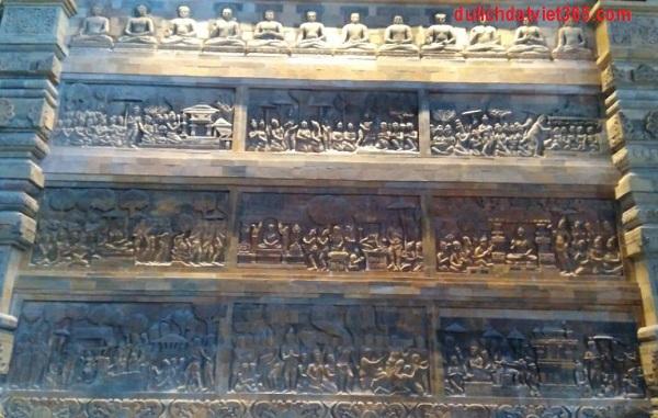 bức tranh điêu khắc gỗ tại chùa