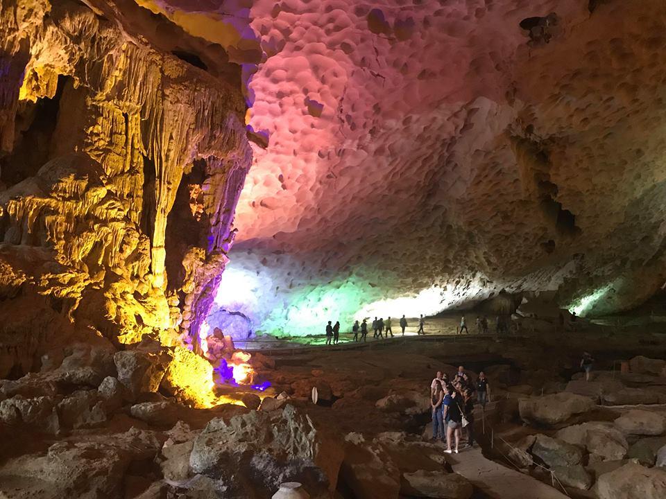 tham quan hang động titop